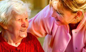 dame-âgée-soignant-aidant-soin-a-domicile