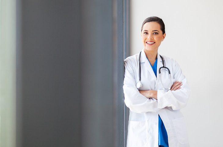 Portrait de femme médecin souriante