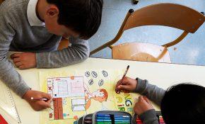 Enfants de CM2 de la classe de Saint-Seurin en train de dessiner leur affiche pour le concours Changez d'air