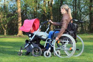 maman en fauteuil roulant