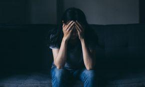 Une femme seule, triste, se cache le visage dans ses mains